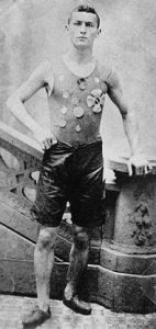 Ehrich Weiss, cuando todavía no era Houdini, mostrando sus medallas ganadas como atleta (1890).
