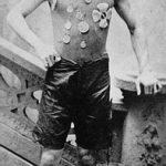 Ehrich Weiss, cuando todavía no era Houdini, mostrando sus medallas ganadas como atleta (1890). Aunque sería profesional en todas las ramas de la magia, fue conocido por sus escapismos imposibles, gracias a una gran resistencia corporal que adquirió con una fuerte preparación que consistía en correr y en una severa disciplina de natación. Comenzó esta rutina física desde muy temprana edad, cuando ingresó en un club de atletismo, y continuó con ella hasta el final de sus días. Muchos de sus números se basarían para su ejecución en la fuerza y elasticidad de este. No fumaba, no bebía y estaba muy orgulloso de su cuerpo.
