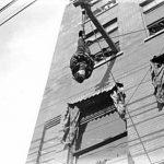 Una de las últimas proezas que popularizó, y que a más gente congregaba, era escapar de una camisa de fuerza suspendido cabeza abajo, colgado de una cuerda, de una altísima grúa.