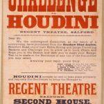 Cartel anunciador de una actuación del mago. Cuando los teatros estaban todavía anclados en la imaginería del siglo XIX, Houdini incorporó a sus números conceptos futuristas como la fuerza física, la velocidad, la tensión y el reto. Algunas de las claves del éxito del escapista son las estrategias de promoción que utilizaba para difundir, tanto sus espectáculos, como la imagen de su personaje y sus ideas sobre el ilusionismo.