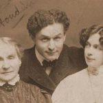 Harry Houdini, con su madre y su esposa Bess en 1907.