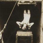 Houdini ensayando el truco de la cámara de tortura acuática, emblemático número que causaba en el gran público una impresión de terror, subida de adrenalina y apasionada angustia.