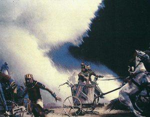 Escena de la apertura de las aguas, uno de los efectos especiales de la película de DeMille más recordados.