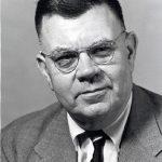 Edward Condon, físico nuclear que dirigió el Proyecto OVNI de la Universidad de Colorado, un grupo financiado por la Fuerza Aérea de los Estados Unidos desde 1966 hasta 1968.