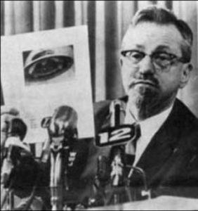 Josef Allen Hynek (1910-1986), director del observatorio atómico y consultor científico del Proyecto Libro Azul.
