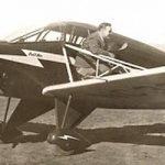 Kenneth Arnold junto al avión CallAir A-2 de tres plazas con el que avistó unos extraños objetos en el cielo mientras realizaba labores de rescate en su histórico vuelo de 1947. El aparato aún se conserva y se mantiene en excelentes condiciones de uso en el North Cascade Vintage Aircraft Museum en Concrete, Washington (EUA).