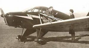 Kenneth Arnold junto al avión CallAir A-2 de tres plazas con el que avistó unos extraños objetos. El aparato aún se conserva y se mantiene en un museo en excelentes condiciones de uso.