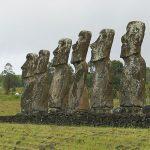 Siete moáis -que se dice representan a los siete exploradores que Hotu Matu'a, por consejo de un sabio vidente, envió en dirección al sol naciente a buscar una tierra propicia para vivir y sembrar ñame (base de su alimentación)- en Ahu Akivi, emplazamiento sagrado, todos de igual forma y tamaño, también conocido como un observatorio celestial que se estableció alrededor del siglo XVI. El sitio está enclavado tierra adentro, en lugar de a lo largo de la costa. Una característica particular de las siete estatuas es que se enfrentan exactamente al atardecer durante el equinoccio de primavera y dan la espalda al amanecer durante el equinoccio de otoño. Tal singularidad astronómicamente precisa se ve sólo en esta ubicación de la isla.