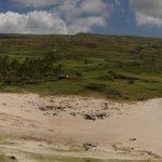 """El moái de la playa de Anakena fue el primero en ser reerigido en 1955 utilizando el método original. De acuerdo a las tradiciones orales, Anakena fue el lugar donde hacia el siglo IV de nuestra era se estableció Hotu Matu'a, el fundador y primer """"ariki"""" (rey) de la isla de Pascua."""