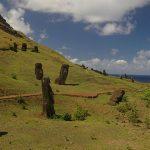 Ladera del cráter volcánico Rano Raraku con una serie de moáis cuyo significado es aún incierto, habiendo varias teorías en torno a ellos. La más común es que fueron tallados como representaciones de antepasados difuntos egregios, de manera que proyectaran su mana (poder sobrenatural) sobre sus descendientes, para protegerlos.