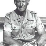 Thor Heyerdahl, explorador noruego (1914-2002). Alcanzó renombre mundial por organizar la expedición Kon-Tiki en 1947, durante la cual recorrió 8.000 km a lo largo del océano Pacífico, desde las costas de Sudamérica hasta el archipiélago Tuamotu, a bordo de una balsa artesanal construida con troncos, plantas y materiales naturales autóctonos.
