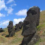 Moáis en las laderas de la cantera del volcán Rano Raraku. De estructura rectangular, destacan por la mayor proporción de la cabeza respecto del tronco, nariz alargada, boca de labios finos y expresión despectiva, orejas con largos lóbulos, en los que a veces se aprecian aros cilíndricos. El mentón tiene un borde pronunciado, que en ocasiones termina en una pequeña barba. La altura media de estas estatuas de piedra es de unos 4,5 metros, y el peso estándar ronda las 5 toneladas. La roca volcánica se podía cortar con relativa facilidad usando herramientas de basalto y obsidiana, dándole su forma básica en la propia cantera. Posteriormente eran extraídas y semienterradas en las cercanías para esculpir los detalles.
