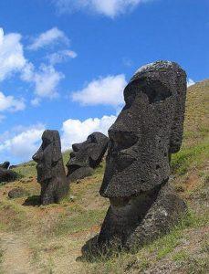 Moáis en las laderas de la cantera del volcán Rano Raraku. La altura media de estas estatuas es de unos 4,5 metros, y el peso estándar ronda las 5 toneladas.