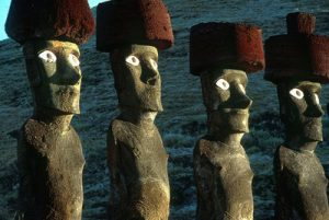Los ojos de las estatuas, encontrados enterrados en 1978 y colocados en su lugar, acentúan el carácter grandioso de estos monumentos.