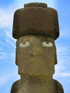 """Moái de la plataforma Ahu Tahai luciendo el """"pukao"""", especie de cilindro de piedra rojiza situado sobre la cabeza que representa los moños rojos típicos de los habitantes originales de la isla."""