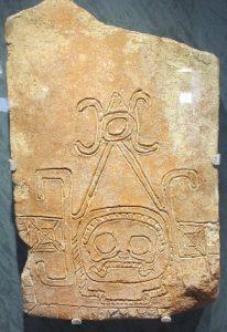 Representación de Ek Chuah (dios del comercio), labrado en un ladrillo descubierto en Comalcalco.