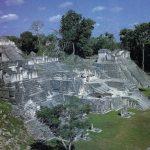 Acrópolis del norte de Tikal, posterior al 457, tierras bajas del Petén guatemalteco. Las pirámides escalonadas, con un habitáculo en la cúspide, suponían la máxima expresión del arte maya. Sin olvidar los imponentes templos, los temascales para los baños de vapor y los palacios y las canchas para el juego de la pelota, que en parte tenían sentido religioso.
