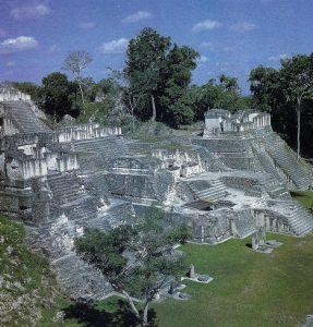 Acrópolis del norte de Tikal, posterior al 457, tierras bajas del Petén guatemalteco.