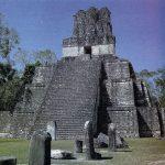 Templo II de Tikal (también llamado de las Máscaras o de la Luna), que data de hacia el 700. Los templos se construyeron encima de plataformas, y principalmente arriba de las pirámides. Los primeros fueron probablemente chozas levantadas sobre plataformas bajas.