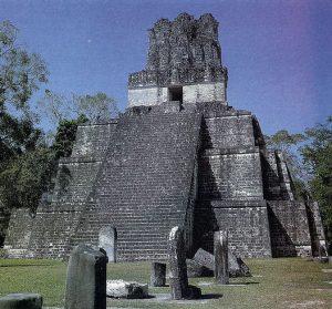 Templo II de Tikal. Los templos se construyeron encima de plataformas, y principalmente arriba de las pirámides. Los primeros fueron probablemente chozas levantadas sobre plataformas bajas.