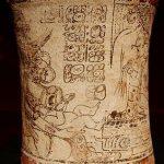 """Ritual cortesano en un recipiente cilíndrico en """"estilo códice""""."""