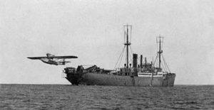 El MS Schwabenland -que llevaba el nombre del antiguo estado alemán de Suabia- lanzando un hidroavión.