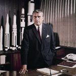 Wernher Magnus Maximilian Freiherr von Braun (1912-1977) fue un ingeniero mecánico y aeroespacial alemán, nacionalizado estadounidense en 1955 con el fin de ser integrado en la NASA. Está considerado como uno de los más importantes diseñadores de cohetes del siglo XX, y fue el jefe de diseño del misil V-2, así como del cohete Saturno V, que llevó al hombre a la Luna.