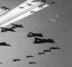 """Italia, 1945. Los pilotos informaron que los """"foo fighter"""" volaban en formación con su avión y se comportaban como si estuvieran bajo control inteligente, y no podían ser derrotados."""