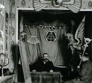 """Papus, médico y ocultista francés de origen español, en una logia martinista de la """"belle époque""""."""