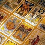 Durante mucho tiempo las cartas del tarot permanecieron como un privilegio de la clase alta, y tanto la Iglesia católica como la mayoría de gobernantes civiles no condenaron su uso.
