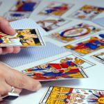 La técnica adivinatoria se basa en la toma aleatoria de cartas de una baraja. Una vez realizada la selección y tendidas las mismas se interpreta el sentido de los arcanos, primero el significado de uno en uno y después en grupo, y enlazándolos se construye una respuesta usando como base argumental tanto la carta en sí misma como su posición en relación a las otras al ser expuesta.
