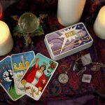 Algunos tarotistas sostienen que las cartas son dirigidas por una fuerza espiritual que los guía, mientras otros creen que los arcanos los ayudan a introducirse en un inconsciente colectivo.