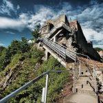 El castillo de Bran en el pasado marcaba la frontera entre Valaquia (principado del sur de Rumanía) y Transilvania. Sin embargo, a pesar de vincularse habitualmente con Vlad III, parece ser que él jamás vivió allí y que su verdadera fortaleza fue el de Poenari, en la imagen. Debido a su tamaño y localización, al borde de un acantilado, resultaba muy seguro.