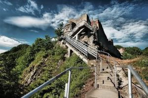 El castillo de Poenari, fortaleza de Vlad III, debido a su tamaño y localización, al borde de un acantilado, resultaba muy seguro.