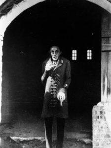 Obra clave del expresionismo alemán, es un clásico del cine de vampiros que deja grabado en la memoria al terrorífico Max Schreck: un ser esquelético de mirada sobrecogedora, uñas largas y orejas puntiagudas.