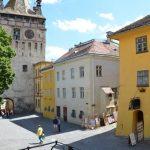 Supuesta casa natal de Drácula (amarillo, derecha) y torre del reloj en Sighișoara.