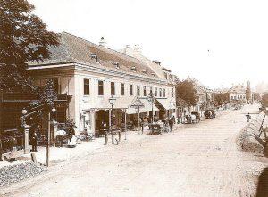 El 15 de octubre de 1844 debutaba, en el casino Dommayer del distrito Hietzing de Viena, Johann Strauss (hijo). Por esa época, el hoy café, era uno de los principales salones de baile de la ciudad.