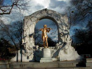 Monumento a Johann Strauss (hijo) en el jardín municipal de Viena.