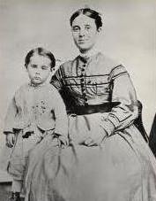 Sarah Elizabeth, prima y esposa del capitán Briggs desde 1862, y su hija Sophia Matilda Briggs. Su otro hijo Arthur, en edad escolar, no viajó quedándose en casa con su abuela.