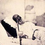 Bahadur Shah II (el último emperador mogol) en Delhi, esperando el juicio de los británicos por su rol en la rebelión de los cipayos. Por traición, no fue sin embargo condenado a muerte sino exiliado a Rangún, Birmania.