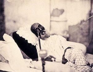 Bahadur Shah II (el último emperador mogol) en Delhi, esperando el juicio de los británicos por su rol en la rebelión de los cipayos. Por traición, fue exiliado a Rangún, Birmania.