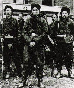 """Soldados bóxers (del inglés """"boxeadores"""", en referencia al ritual de artes marciales que practicaban porque según ellos les hacía inmunes a las armas) en una foto de 1900."""