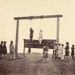 Ahorcamiento de dos participantes en el motín de los cipayos, soldados indígenas del ejército de la Compañía Británica de las Indias Orientales (en una imagen de Felice Beato -uno de los primeros fotógrafos de guerra-, 1857).